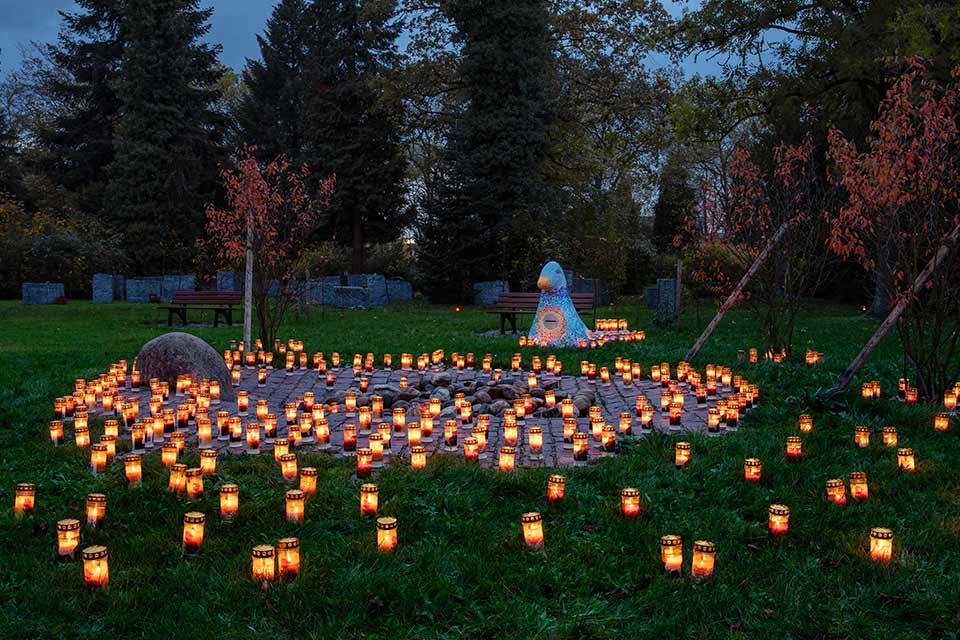 Foto eines Kinderfriedhofs mit Kerzen